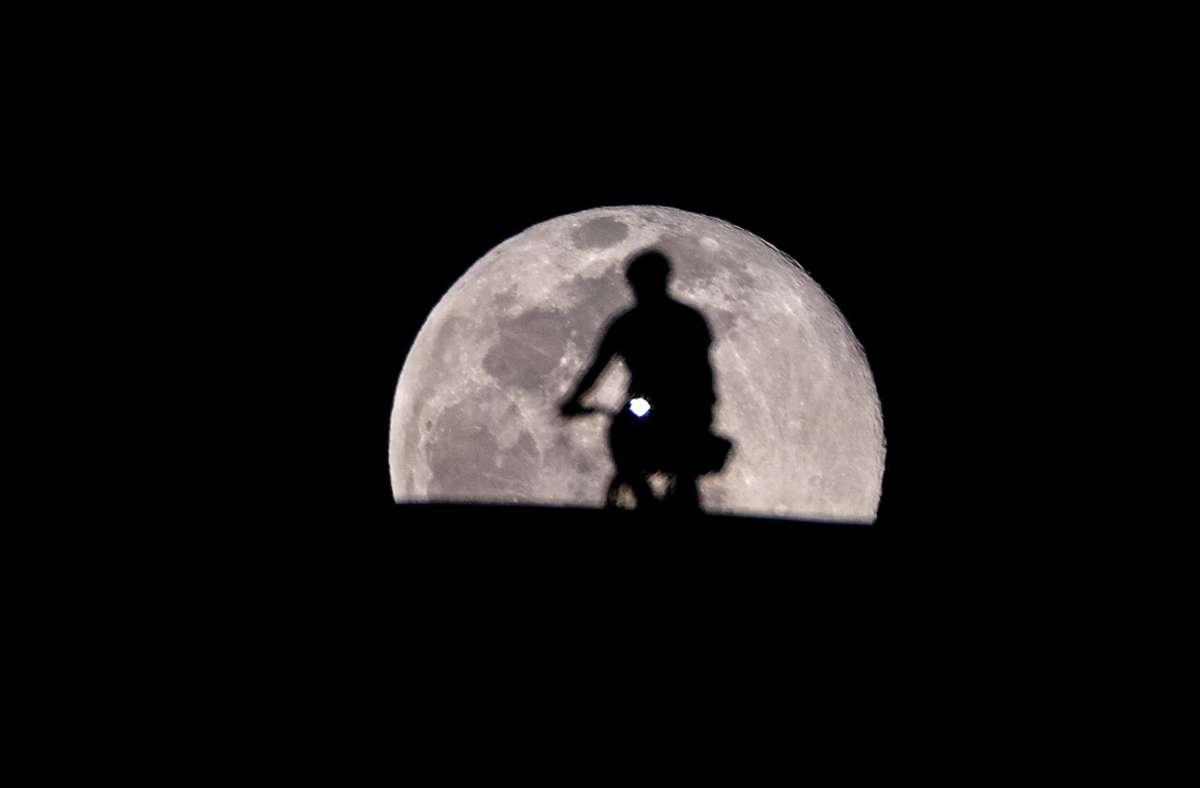 Dieses Foto vom Vollmond wurde in Los Angeles aufgenommen. Klicken Sie sich durch die Bildergalerie, um die außergewöhnlichen Aufnahmen des Ostervollmonds weltweit zu bestaunen! Foto: dpa/Ringo Chiu
