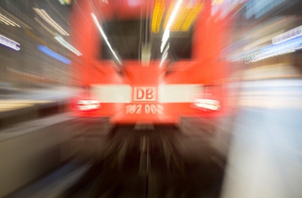 Geröll blockiert momentan die Bahnstrecke nahe Buchenbach im Schwarzwald. Foto: dpa