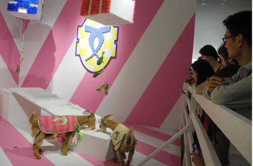 Künstler lässt uniformierte Ziegen in Galerie antreten