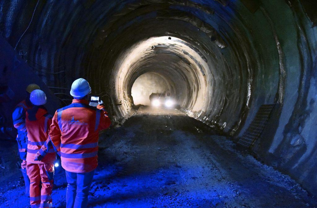 In Untertürkheim ist der Tunnel  schon am Inselbad vorbei. Vom Karl-Benz-Platz aus sind es noch rund 200 Meter, bis die Röhren auf dem Gleisfeld nördlich des Untertürkheimer Bahnhofs wieder ans Tageslicht kommen werden. Foto: Mathias Kuhn