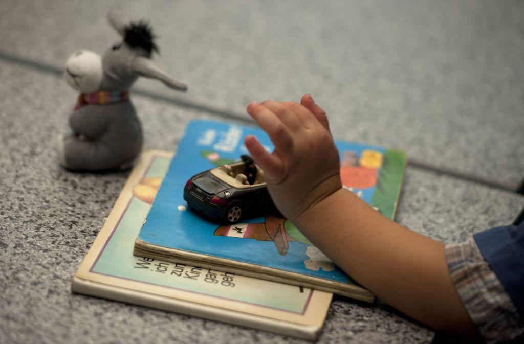 Ein Pflegekind spielt mit einem Spielzeugauto Foto: dpa/Marc Tirl