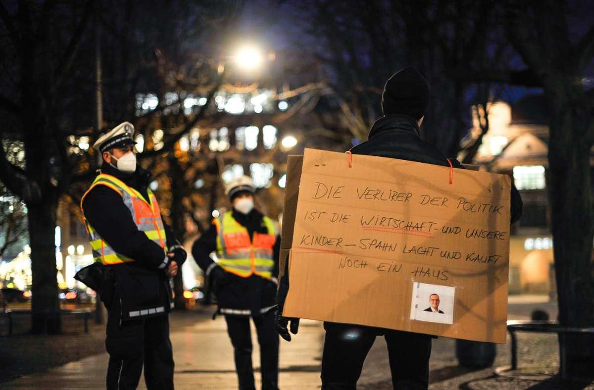 Ein Teilnehmer zeigte auf dem Karlsplatz sein Plakat. Die Polizei sprach  mit den Menschen, die zur verbotenen Corona-Demo gekommen waren – und schickte sie vom Platz. Foto: Lichtgut/Max Kovalenko