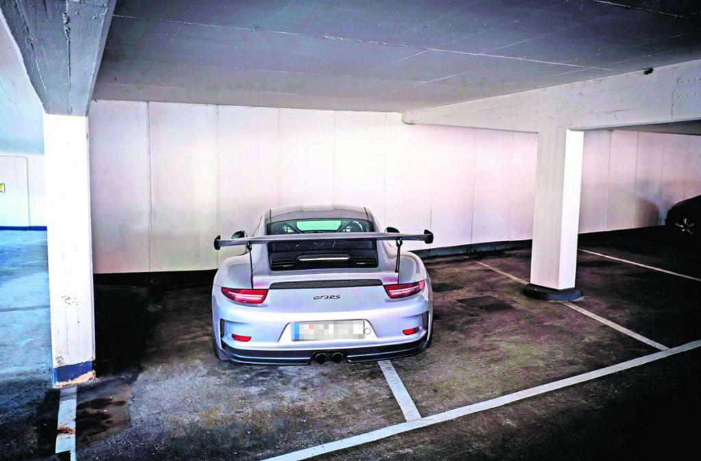 Schlecht geparkt worden ist dieser Porsche, der gleich zwei Parkplätze  im Züblin-Parkhaus blockiert. Foto: Lichtgut/Achim Zweygarth