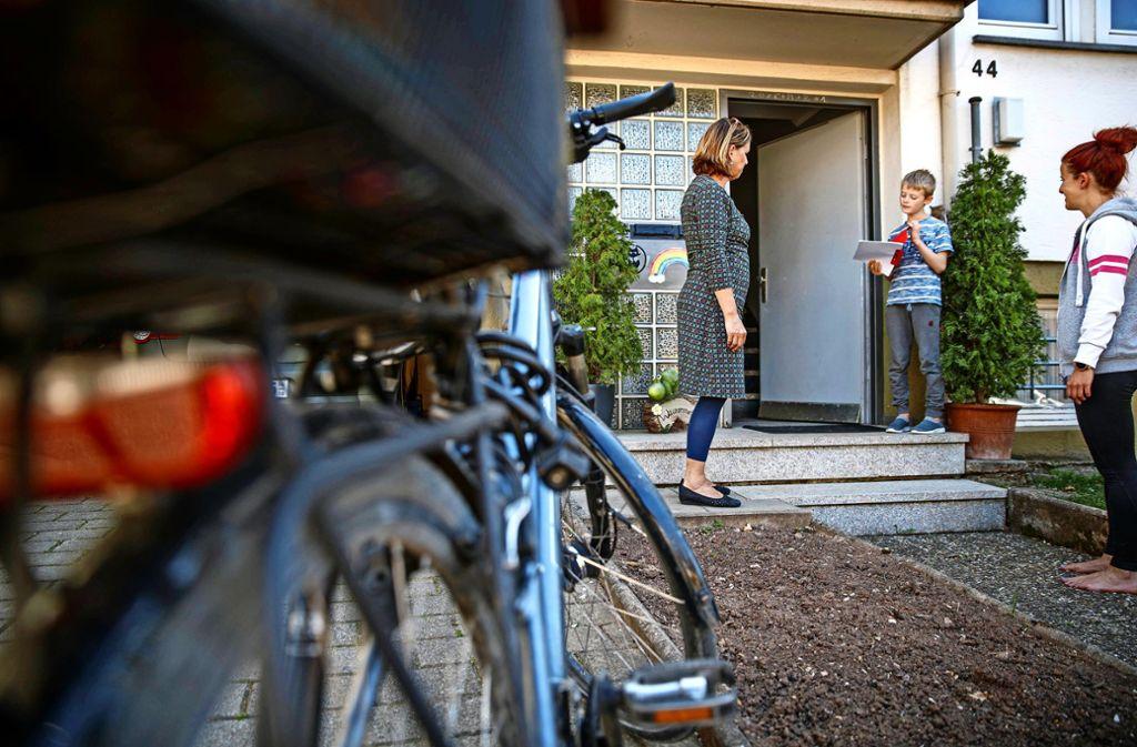 Die Schnaiter Grundschullehrerin Eva Schlesinger bringt einem ihrer Schüler persönlich ein Leseheft vorbei. Foto: Gottfried Stoppel