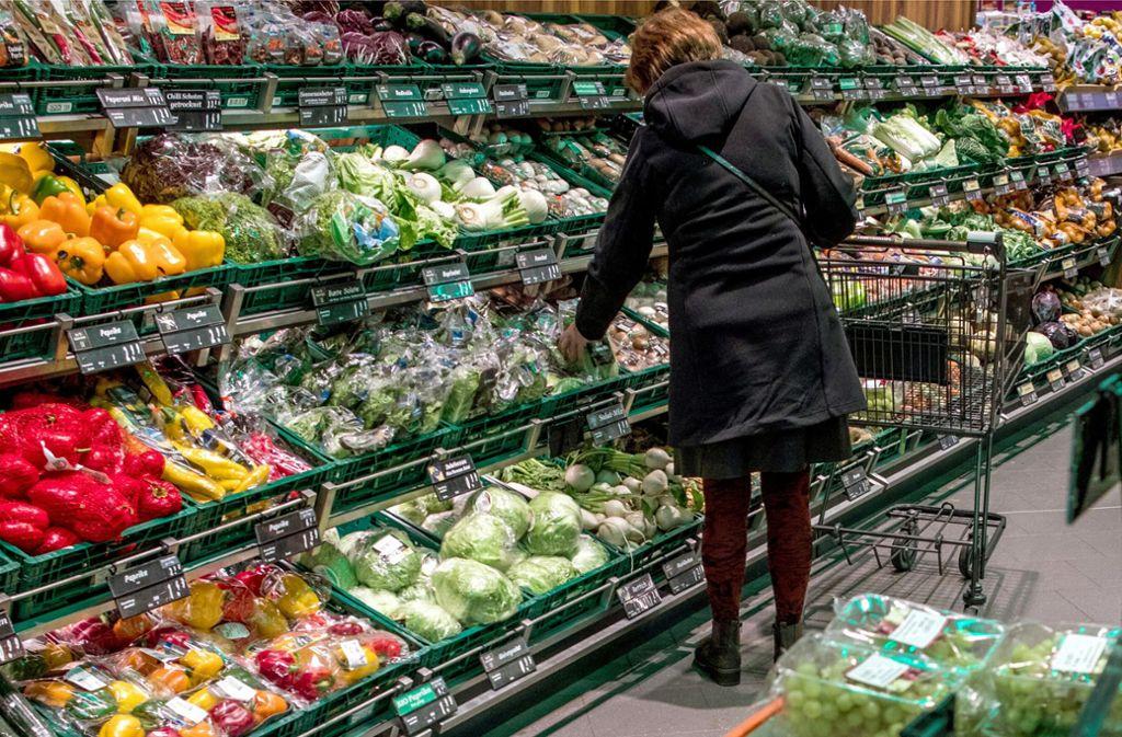 Ein Griff in die Gemüsekiste: Dass sich Coronaviren über frische Lebensmittel übertragen, ist eher unwahrscheinlich, aber nicht ausgeschlossen. Foto: dpa/Jens Büttner