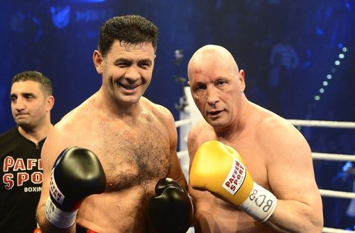 Ein paar blaue Flecken hat Uwe Hück (rechts) im Kampf gegen Luan Krasniqi schon abbekommen. Foto: dpa