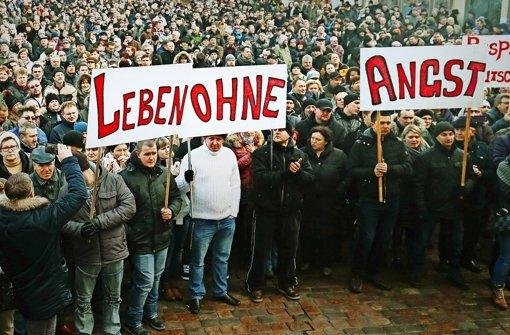 In mehreren Städten des Landes haben sich  Russlanddeutsche zu Tausenden versammelt, um gegen die Flüchtlingspolitik zu demonstrieren. Foto: dpa
