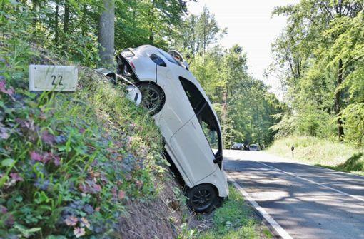 Auto landet nach Crash fast senkrecht an Hang