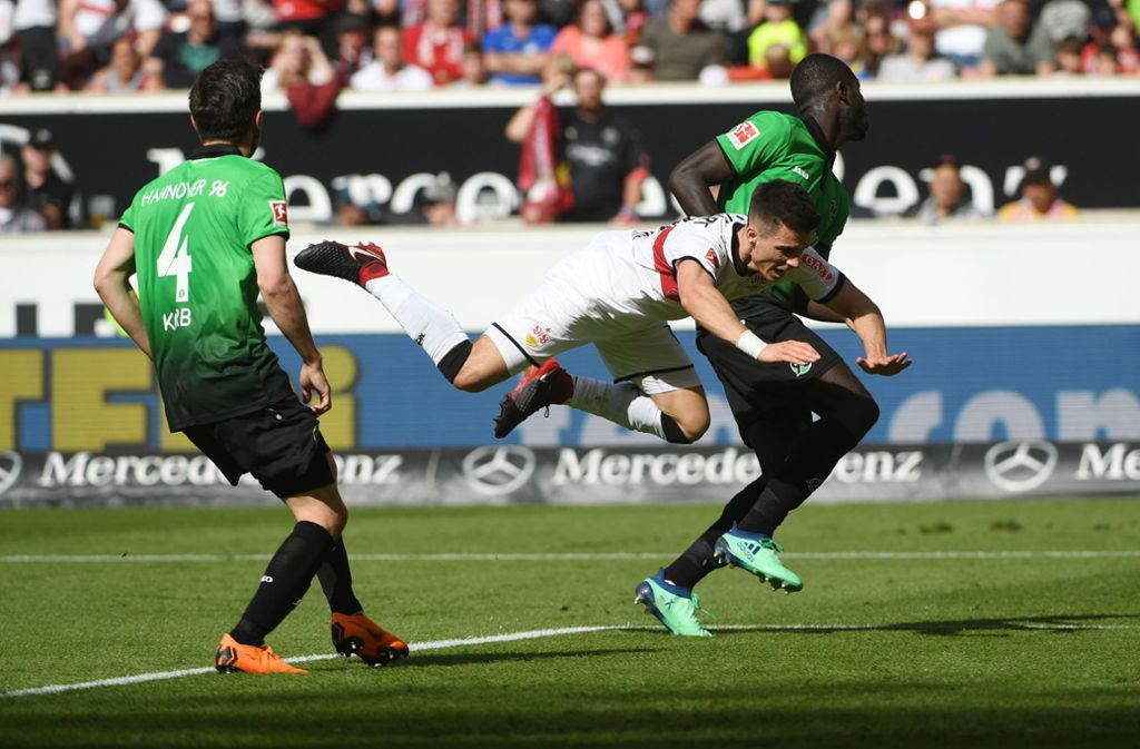 VfB-Stuttgarts Erik Thommy kam wie auch die Abwehr der Roten gegen Hannover 96 ins Straucheln. Foto: dpa