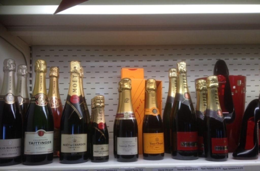 Stilvolle Getränkeauswahl auf der Piste – samt Frauenschuhen (rechts) , zum draus trinken Foto: Haasis