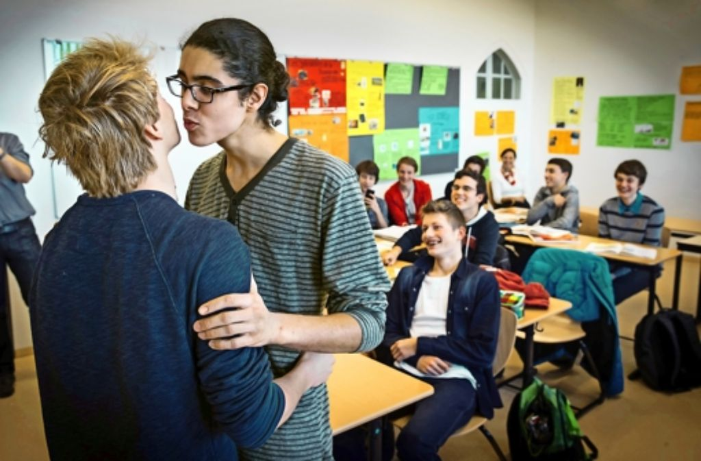 Jan (links) und Savinien küssen sich demonstrativ. Foto: Achim Zweygarth