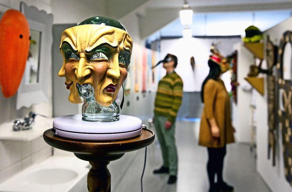 Masken in allen Spielarten sind zurzeit im MuSeele ausgestellt. Im Vordergrund ein venezianisches Exemplar. Foto: Horst Rudel