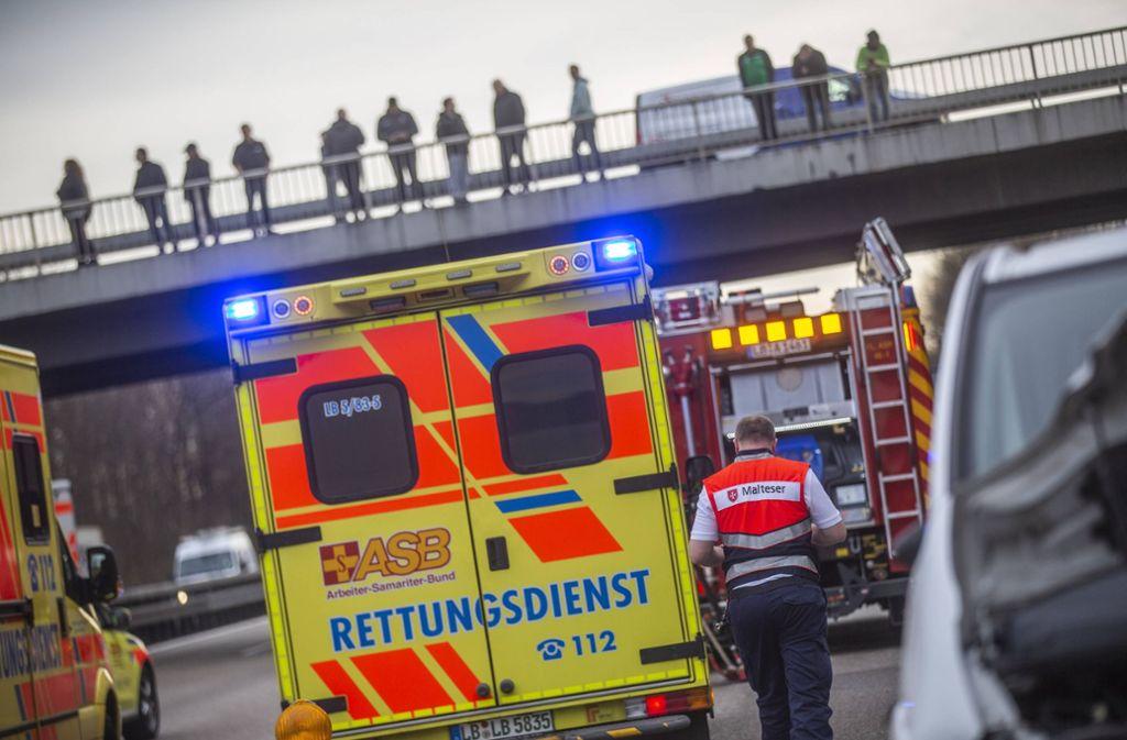 Gaffer wie hier auf der Brücke dargestellt sind für Sanitäter oft genug ein übel – dass sie von ihnen angegriffen werden, ist aber die Ausnahme. Foto: 7aktuell.de/Simon Adomat