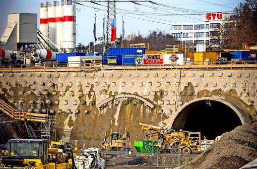 In klassischer Bauweise haben die Arbeiter die Röhre rund 120Meter weit gegraben, in den nächsten Monaten wird die  Tunnelvortriebsmaschine der Firma Herrenknecht aufgebaut. Foto: Achim Zweygarth