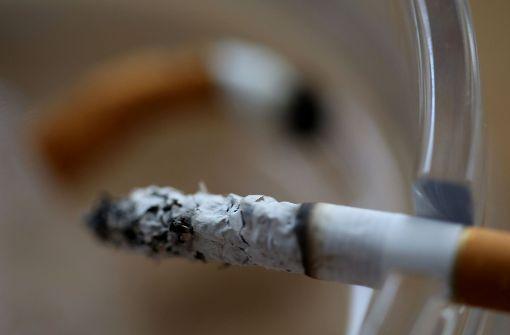 Mann schläft mit Zigarette ein und verursacht Brand
