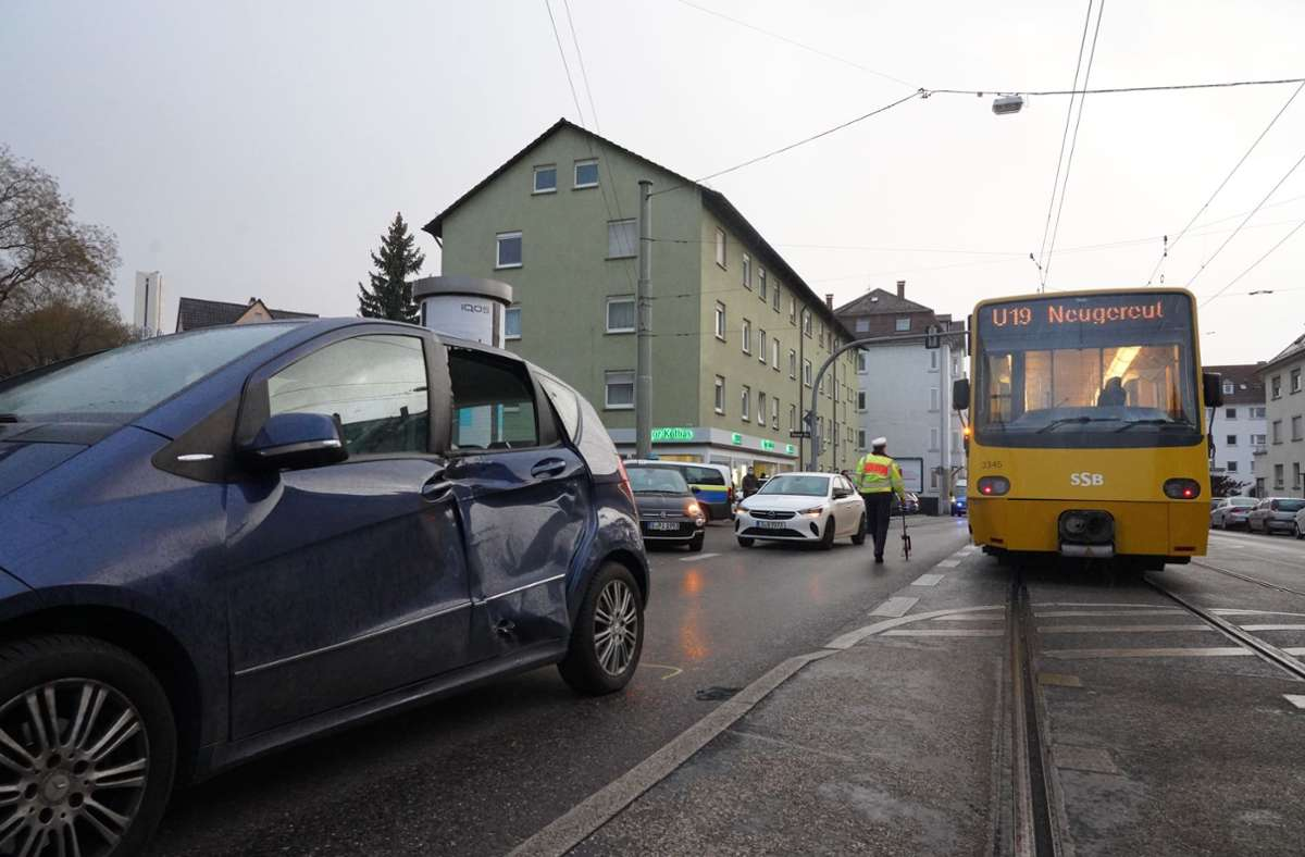 Der Unfall ereignete sich in der Schmidener Straße. Foto: Andreas Rosar/Fotoagentur-Stuttgart