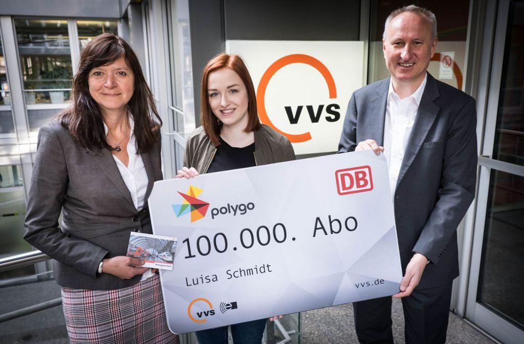 Luisa Schmidt (Mitte) hat das 100 000. Abo im DB-Abocenter gekauft. Es gratulieren Iris Gassi, Leiterin des Abocenters, und VVS-Geschäftsführer Horst Stammler. Foto: Lichtgut/Achim Zweygarth