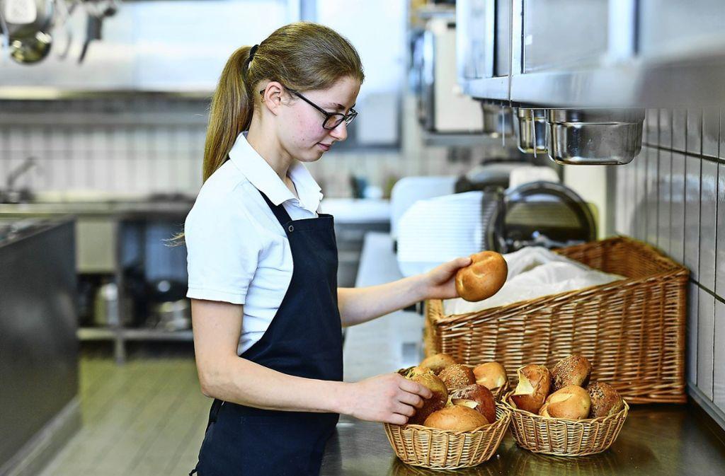 Obwohl der Anteil der unbesetzten Lehrstellen in Küchen, Restaurants und Hotels zurückgeht, ist die Gastronomie nach wie vor die Branche mit den meisten offenen Ausbildungsplätzen. Foto: dpa