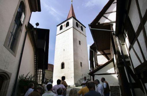 Jugendliche klettern auf Dächer der Wehrkirche