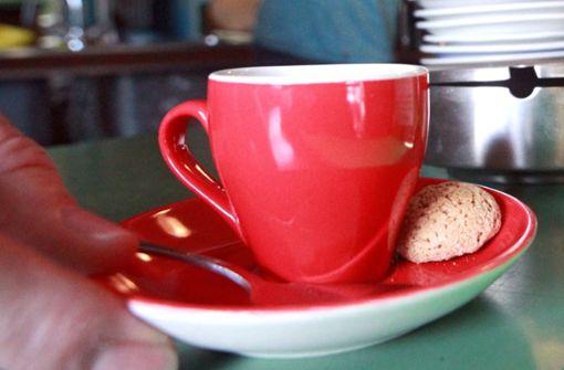 Dieb trinkt erst mal gemütlich Kaffee