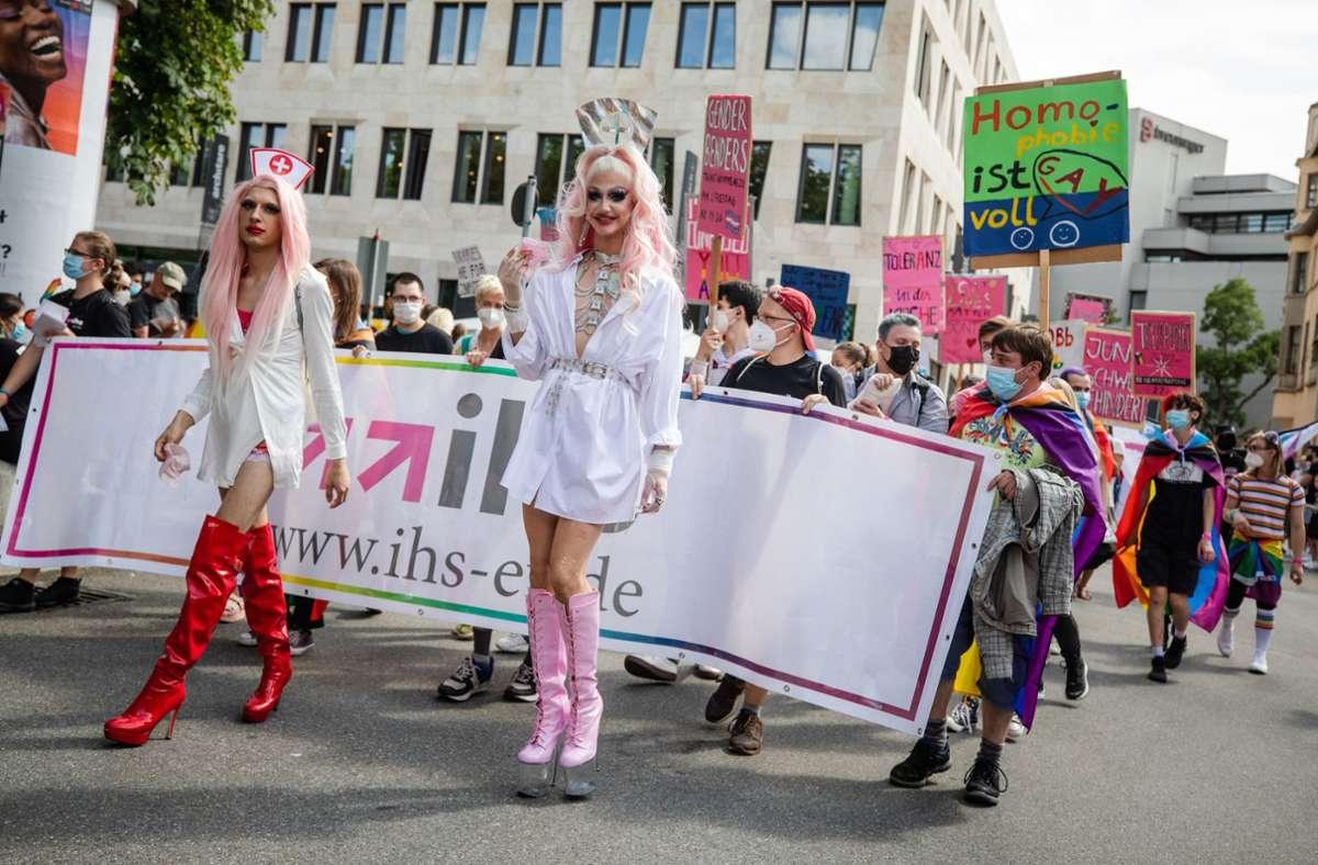 """""""Schaffe, schaffe – bunter werden!"""" Das CSD-Kulturfestival tauchte  Stuttgart in bunte Farben. In unserer Fotostrecke zeigen wir weitere Eindrücke von der CSD-Party im Kessel. Foto: Lichtgut/Christoph Schmidt"""