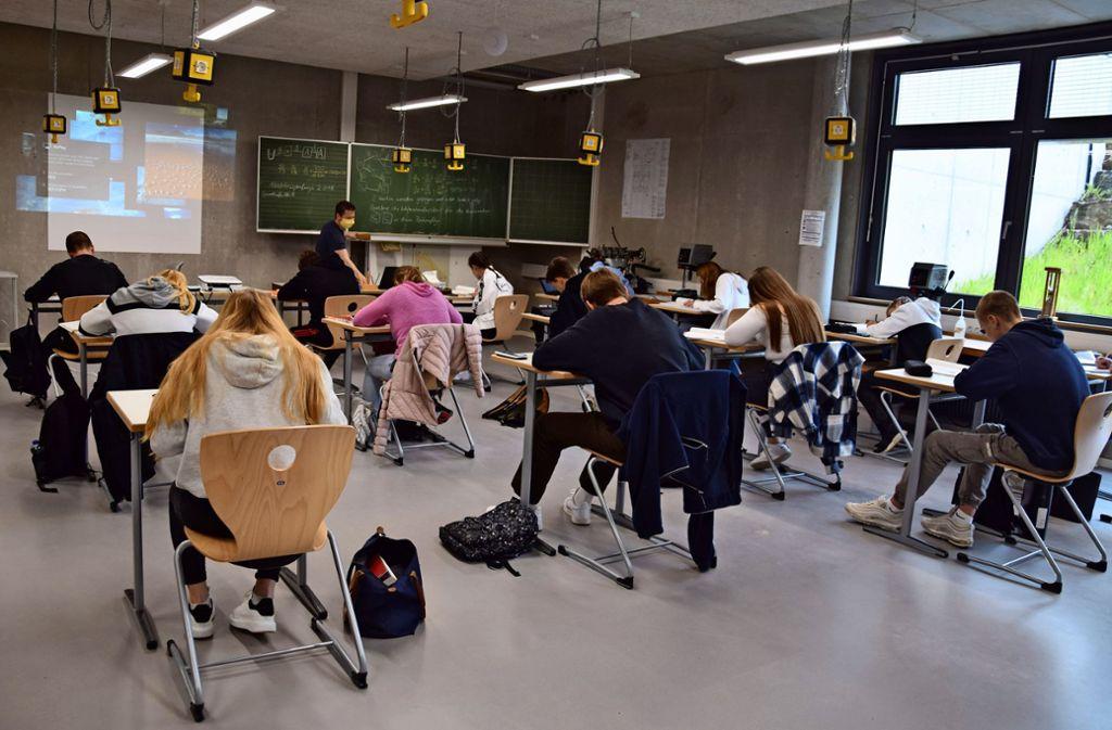Die Schüler der Abschlussklassen an der FES lernen derzeit an Einzeltischen, damit der Mindestabstand eingehalten werden kann. Foto: Alexandra Kratz