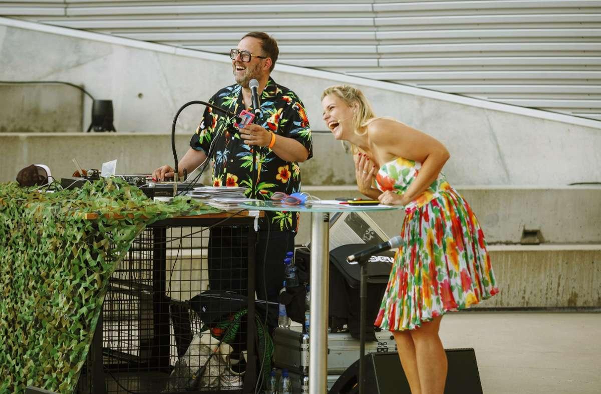 Sie haben Spaß: DJ Andreas Vogel und Moderatorin Sara Dahme. Drei der Kunsträtsel der beiden, können Sie in unserer Bildergalerie lösen. Foto: Lichtgut/Julian Rettig