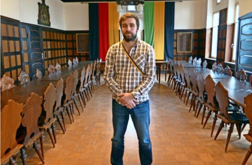 Benedikt Müller hatte früher nichts übrig für Studentenverbindungen. Inzwischen gehört er selbst zu einer und wohnt auch dort. Das Band trägt er nur besonderen Anlässen, sagt er. Foto: Buchholtz