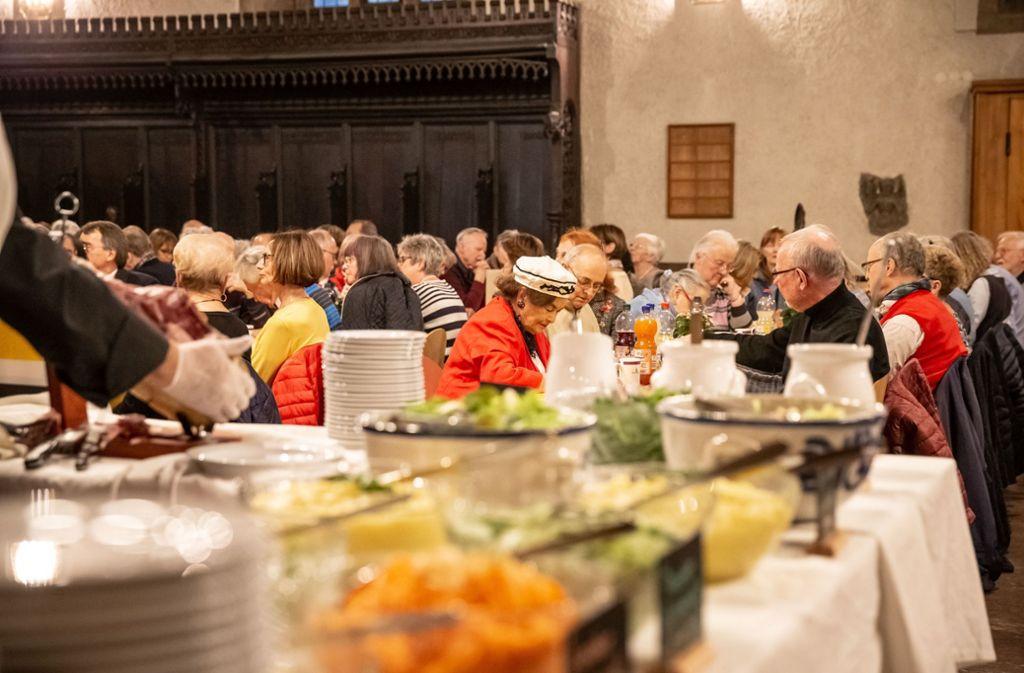 Keine Warteschlange mehr: Die Gäste der Vesperkirche werden nun am Tisch bedient. Foto: Lichtgut/Julian Rettig