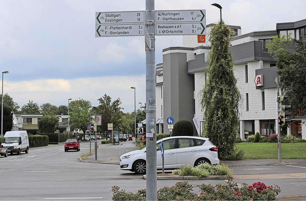 An der großen Kreuzung neben der Filharmonie in Filderstadt-Bernhausen sind Radschilder falsch montiert, zur Ortsmitte geht es eigentlich nach links Foto: Caroline Holowiecki