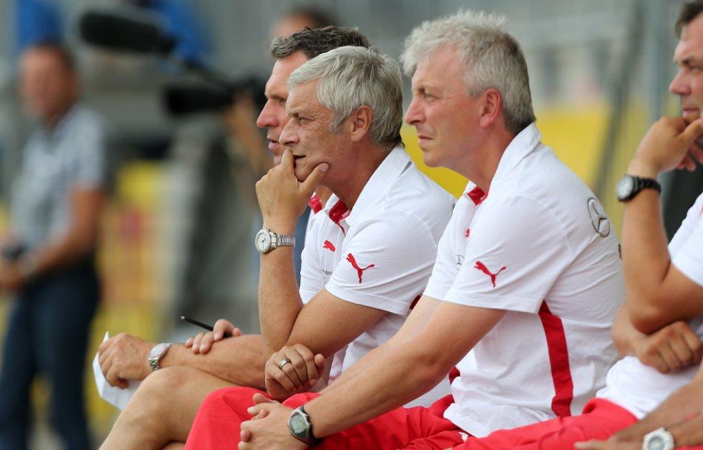Der VfB Stuttgart um Trainer Armin Veh gastiert am Mittwoch beim FC Erzgebirge Aue. Sehen Sie die Partie via Livestream. Foto: Pressefoto Baumann