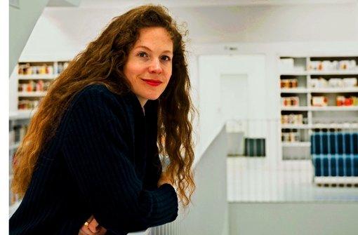 Sandra Richter ist am liebsten an Orten, an denen es viele Bücher gibt – wie in der neuen Stuttgarter Bibliothek. Foto: Reiner Pfisterer
