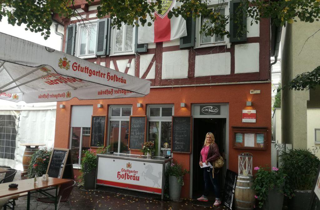 """Isabell Zimmermann steht vor ihrem Café in Gerlingen: dem """"Courage"""". Foto: Isabell Zimmermann"""
