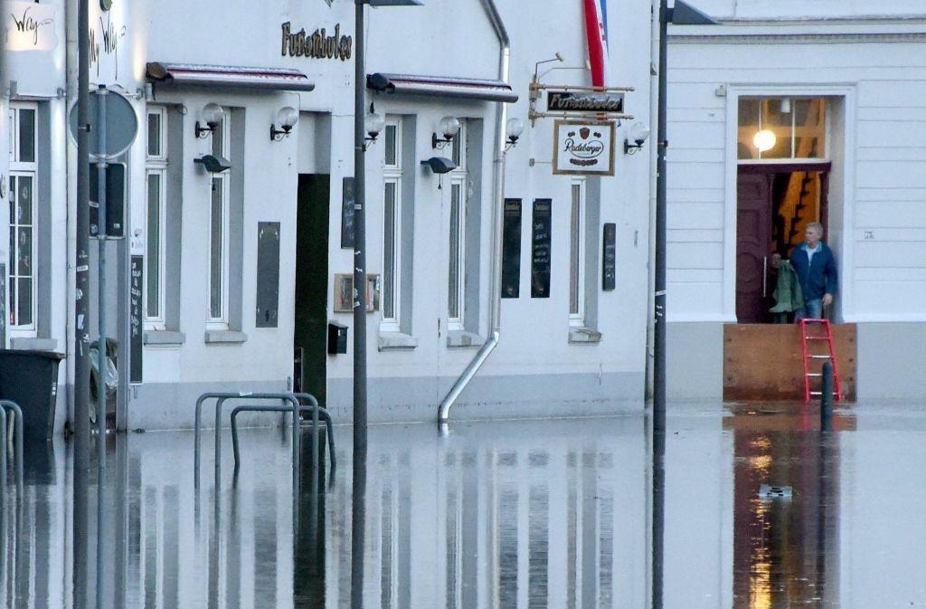 Deutschlands Ostseeküsten sind von der stärksten Sturmflut seit 2006 getroffen worden. Das Wasser hat zu Überschwemmungen in den Städten geführt, wie hier in Lübeck. Foto: dpa