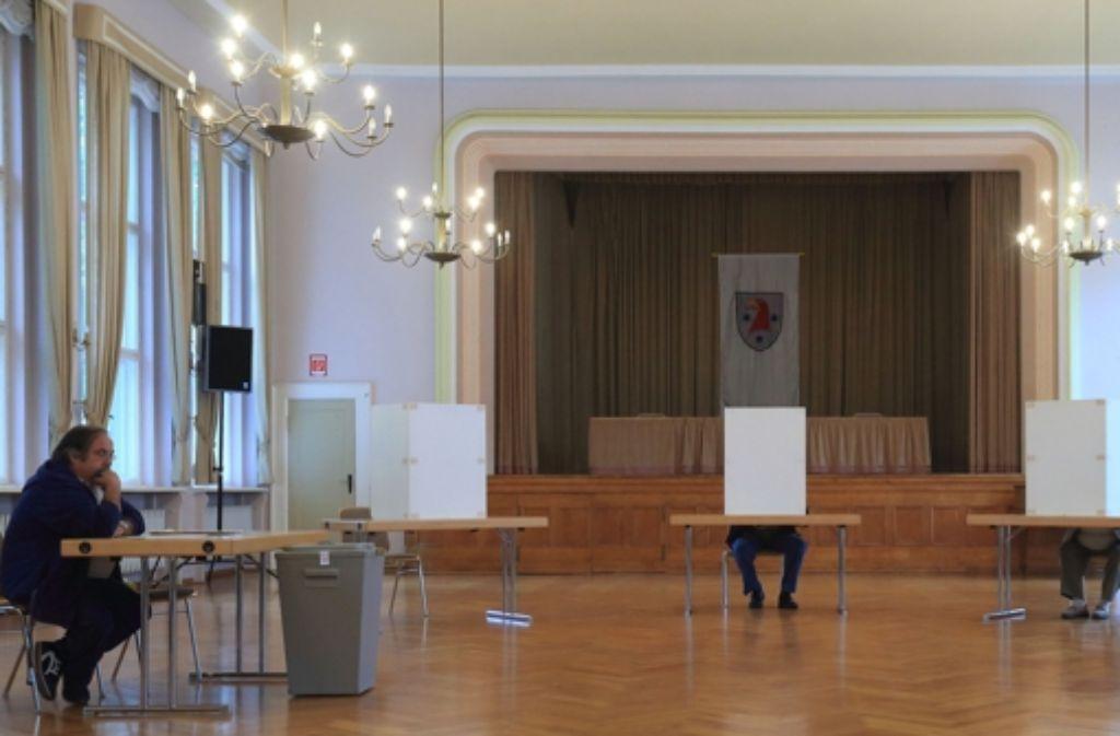 Von Wählerandrang keine Spur:    Nicht allzu viele  Bürger verirrten   sich,  wie hier  in Rathenow, in die Wahllokale. Für die Helfer  war der Sonntag ziemlich langweilig. Foto: dpa-Zentralbild