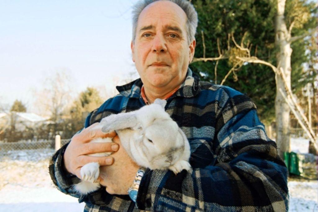 Kleintierzüchter Joachim Oehler und seine Nummer 505 - ein                                Zwergwidderkaninchen. Foto: Stephan Wenninger
