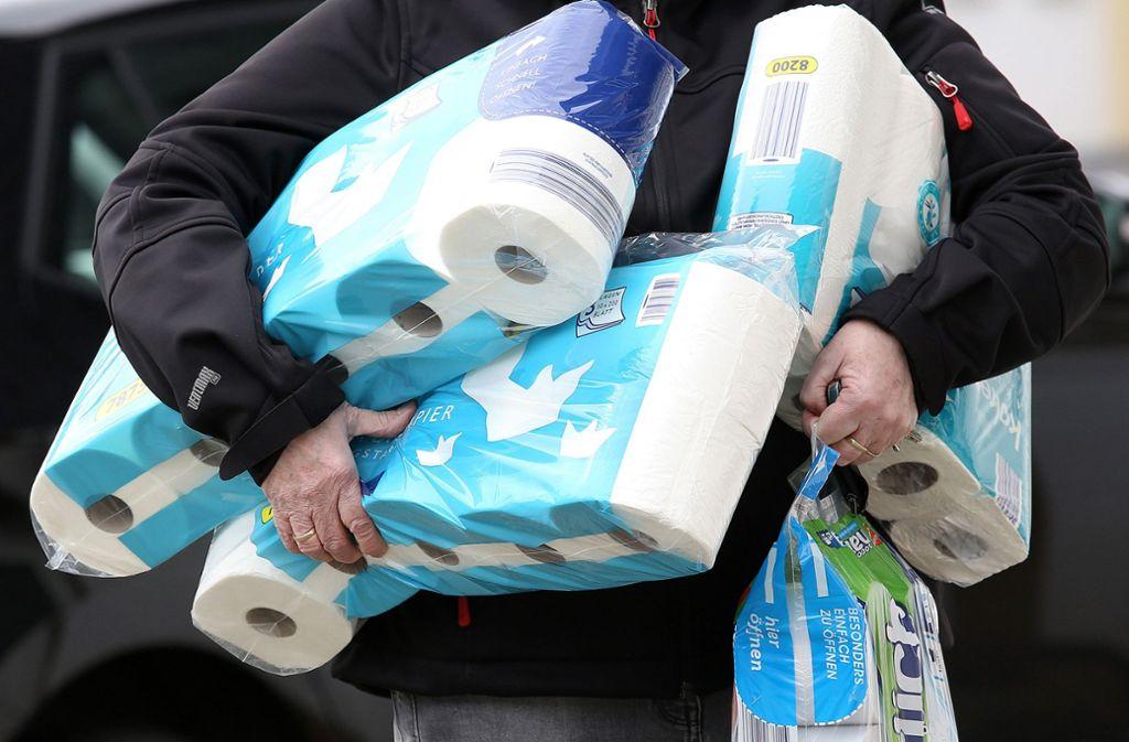 Klopapier-Hamstern wird bei diesem Rewe-Händler teuer (Symbolbild). Foto: dpa/Rene Traut