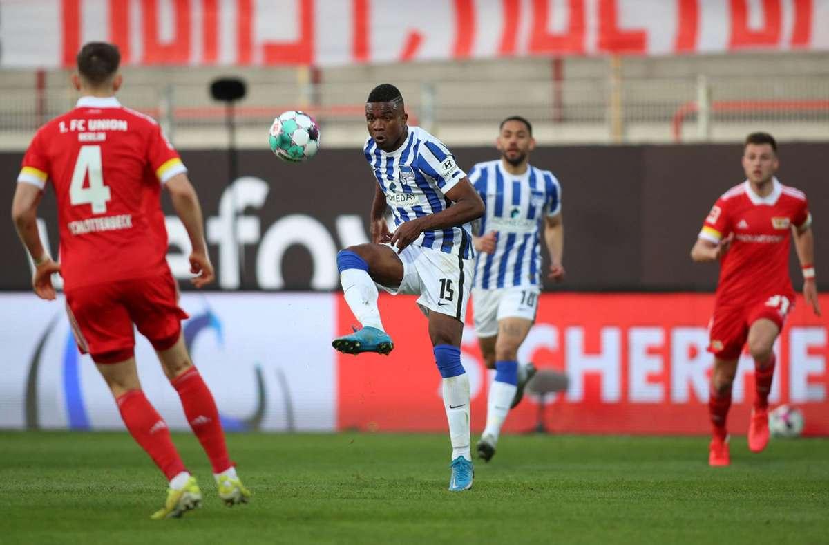 Hertha BSC-Spieler Jhon Cordoba (Mitte) im Stadtderby gegen den 1. FC Union Berlin. Foto: AFP/ANDREAS GORA