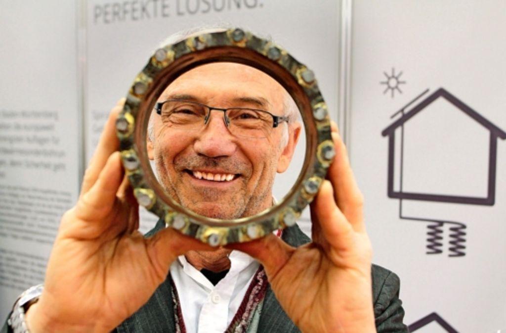 Der Renninger Unternehmer Erwin Gungl zeigt Bohrwerkzeuge Foto: factum/Bach
