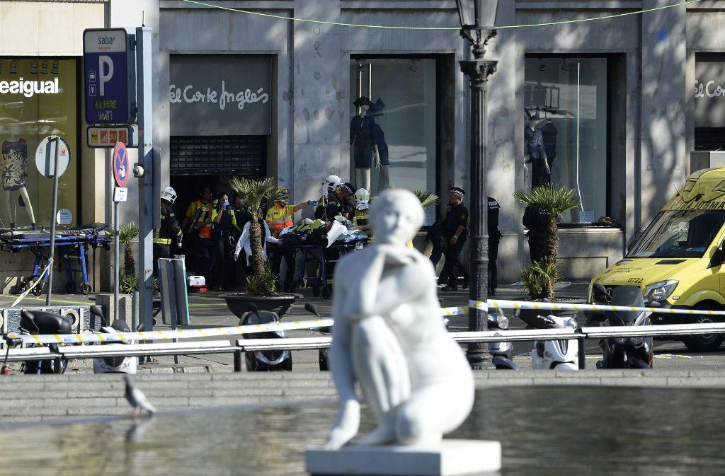 Rettungskräfte versorgen nach einem Anschlag in Barcelona ein Opfer Foto: AFP