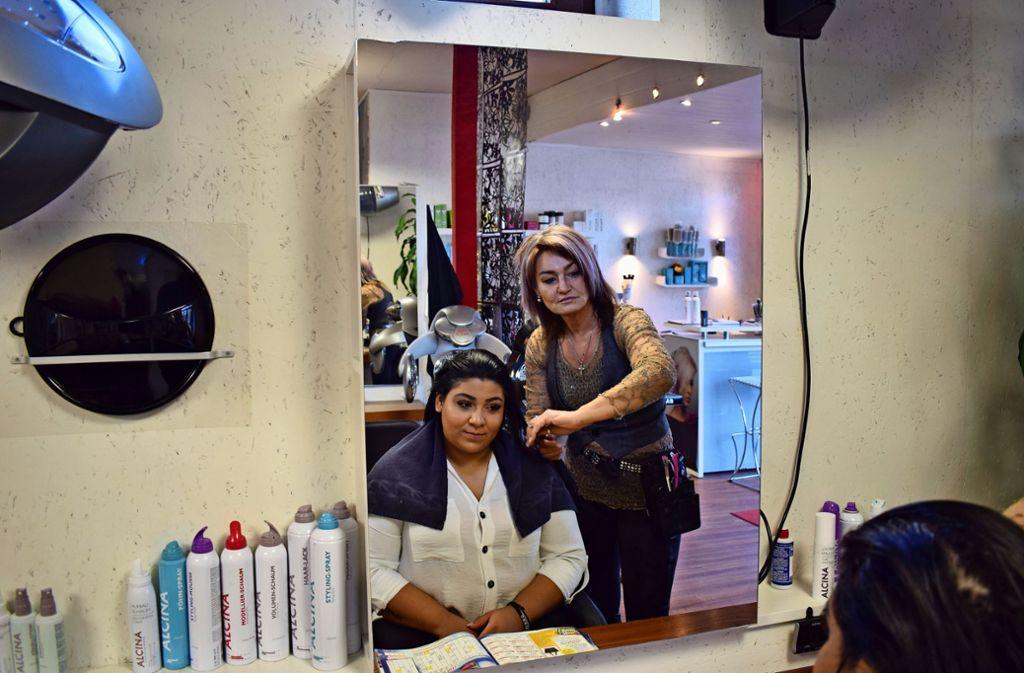 """Bei einem Friseur komme es auf die Beziehung zum Kunden an. """"Die Kunden wollen sich gut betreut wissen"""", sagt die Frisörin Doris Langenegger. Foto: Patrick Steinle"""