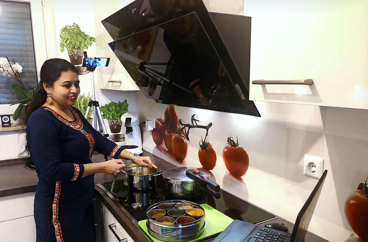 Wenn Urvi Shah einen Online-Kochkurs gibt, sind  zwei Kameras im Einsatz. Foto: Shah