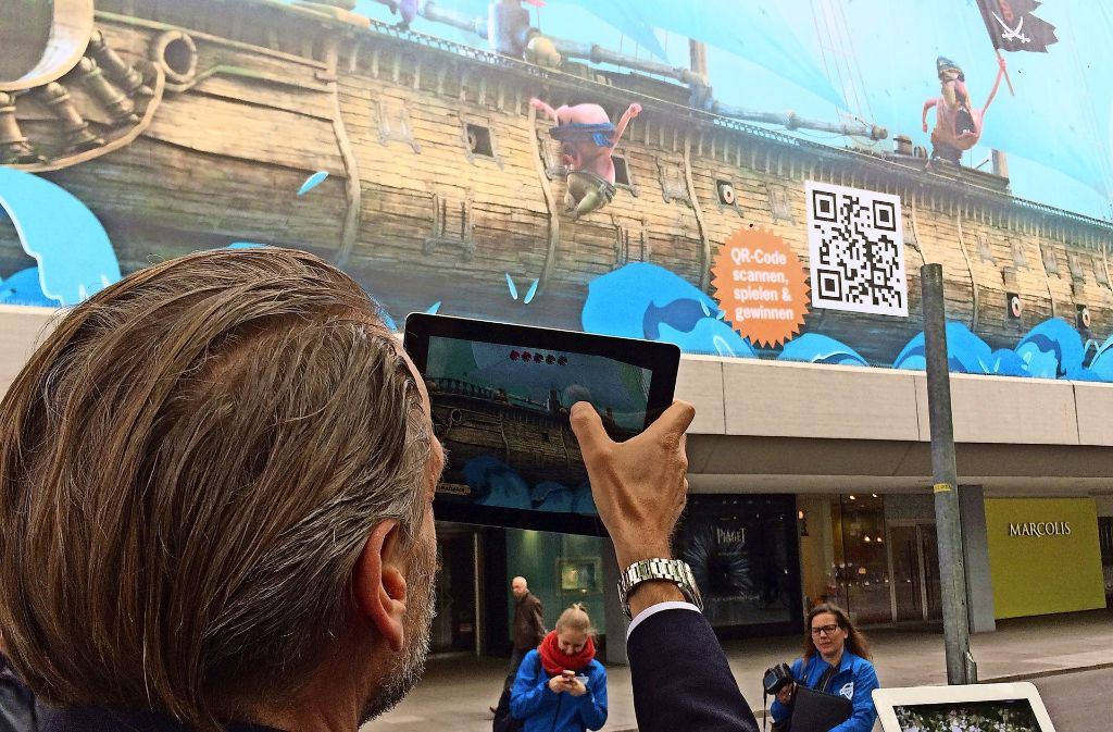 Breuninger-Geschäftsführer Joachim Aisenbrey testet die Trickfilm-Festival-App – und zeigt beim Spiel Ehrgeiz. Foto: Sascha Maier