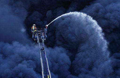Kunststofffabrik in Ladenburg brennt auch nach Stunden lichterloh