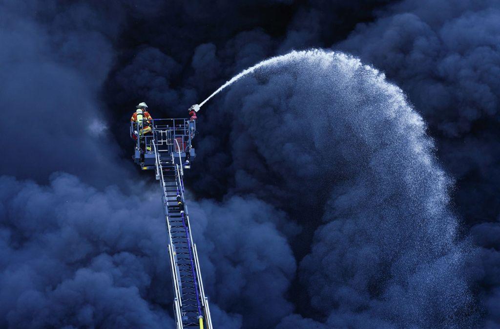 Die Produktionshalle einer Kunststofffabrik in Ladenburg ist am Dienstag in Flammen aufgegangen. Foto: dpa/Uwe Anspach