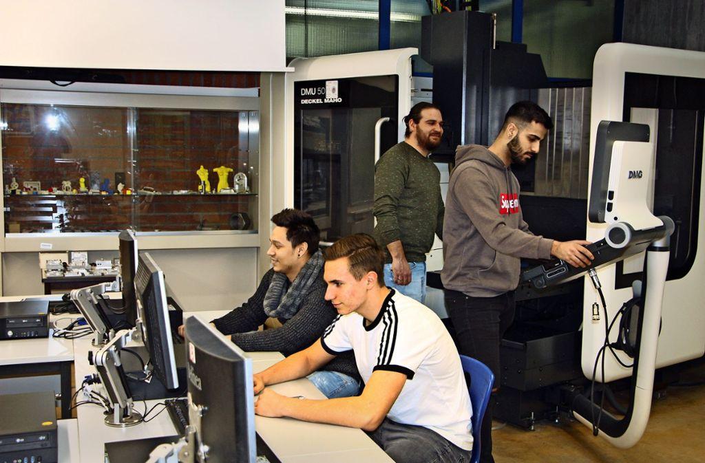 Viele Arbeitsschritte am Rechner sind nötig, um die Maschinen für das neue Labor zu vernetzen. Foto: Gewerbliche Schule Geislingen