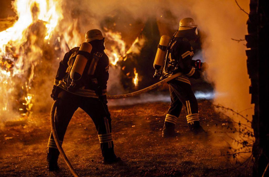 5. Januar: Bei Plochingen brennt ein Holzstapel. Foto: 7aktuell.de/Simon Adomat
