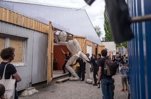 Größer als das Leben und die Container: die Dundu-Puppe bei der Eröffnung der Künstler-City Foto: Lichtgut/Max Kovalenko