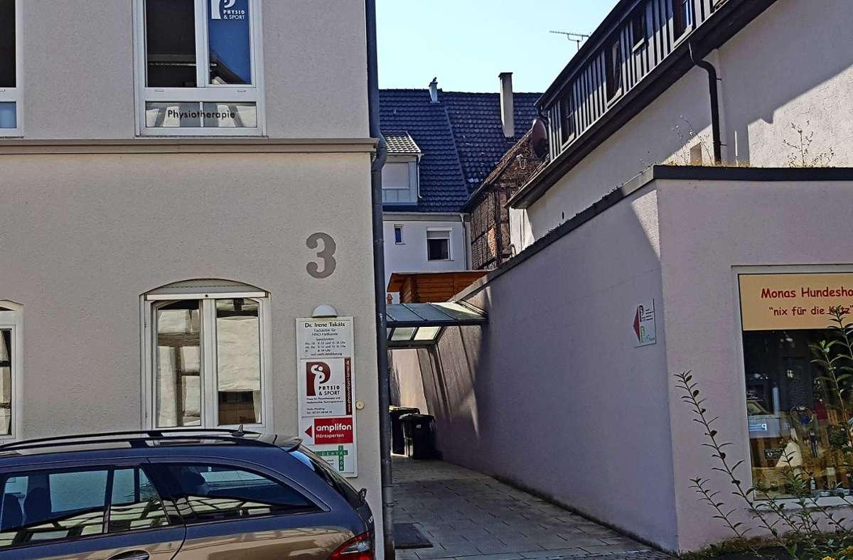 Die Praxisräume in der Pfarrstraße 3 sind leer. Ein verbliebenes Schild an der Fassade stammt von der früheren Ärztin Foto: /Beck