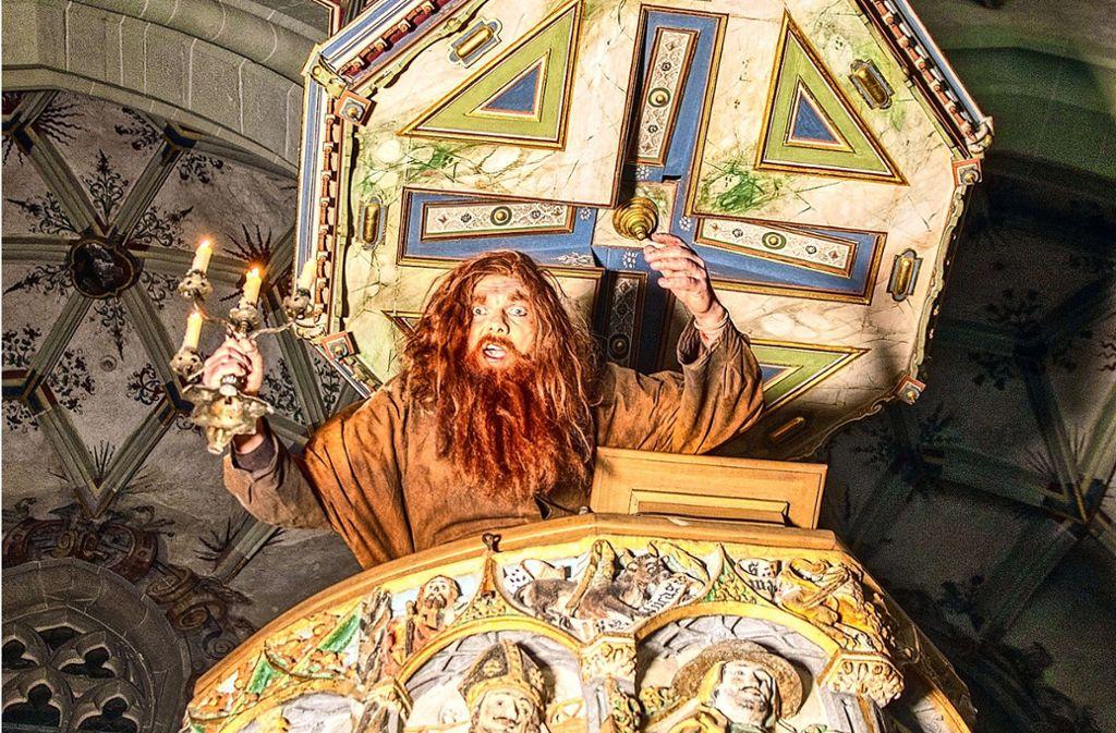 Die prachtvolle Weilheimer Peterskirche wird zur großen Bühne, auf der der Glöckner Benzo (Jens Nüßle) gegen seinen Fluch kämpft. Foto: Theaterspinnerei